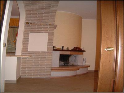 interno della zona cucina e tinello con porta aperta